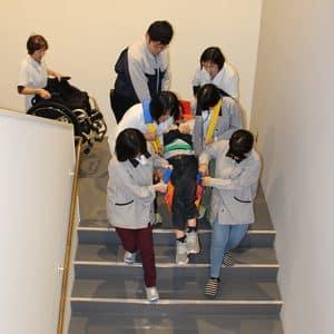 車椅子を使用している社員の避難のようす