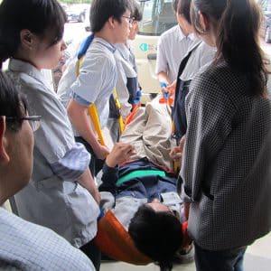 車椅子利用の人は担架に乗って移動しました。