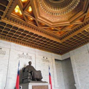 中正記念堂。台湾の整備に貢献し、今でも国民に愛されている蒋介石総統の記念堂です。巨大な像の足元で微動だにしない衛兵さんが交代で守っています。