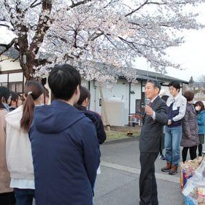 社長が『奇跡の桜』の由来を新入社員に紹介しました